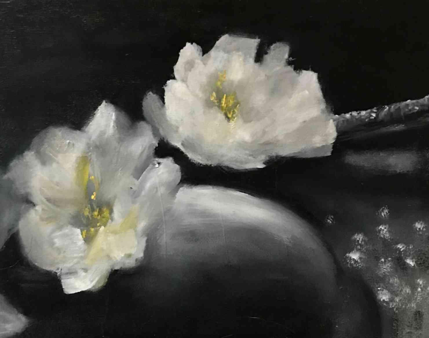 石と白い花
