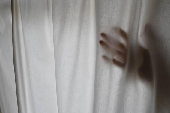 A hand through the curtain. Bild Ihres Kunstwerks an der Wand