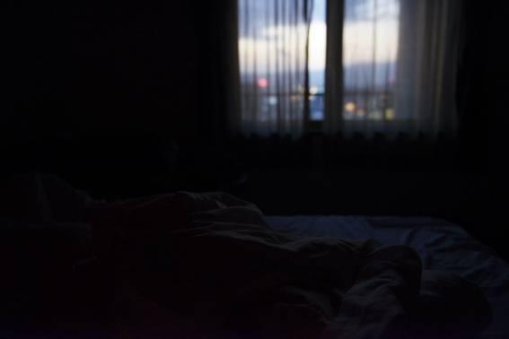 ベッドルームと滲んだ窓