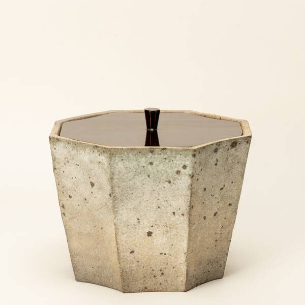 "Carbonized octagonal ""Mizusashi"" (a fresh water container for tea ceremonies)"